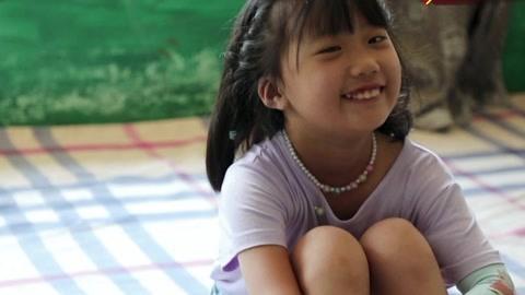 八岁女童患脑瘤生命垂危 82岁医生端手臂手术4小时